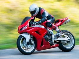 Les motards adoptent souvent des comportements à haut risque sur nos routes