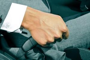 Astuce : que faire si le frein à main de votre véhicule grince ?