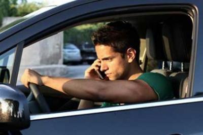 Le téléphone est interdit au volant, même à l'arrêt !